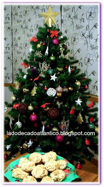 Imagem de Scones, tendo ao fundo Árvore de Natal com enfeites coloridos diversos