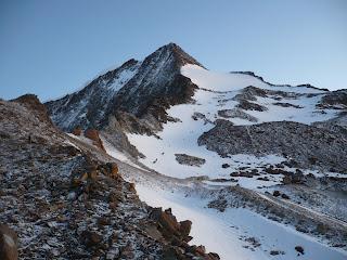 Blick auf den SSO-Grat des Weissmies; der Hauptgipfel ist der linke der beiden Erhebungen