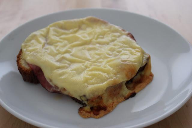 frisch gebackenes Toastbrot, als Schinken-Käse-Toast überbacken