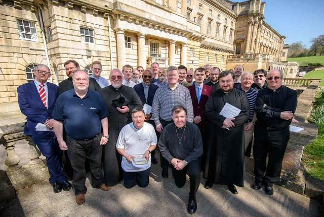 Padres de toda Inglaterra vão a Bath para apreender a Missa em latim.