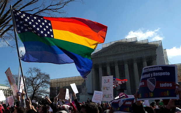 Bandeira norte-americana com as cores do movimento LGBT vira símbolo do protesto em frente à sede da Suprema Corte do EUA, em Washington (Foto: Win McNamee/Getty Images/AFP)