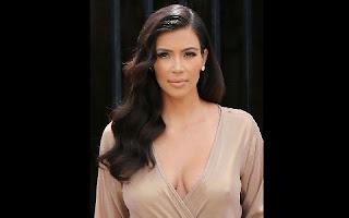 """Kim Kardashian divulgou uma """"selfie"""" em que surge nua para responder aos rumores de que tinha recorrido a uma barriga de aluguel e que estava fingindo uma gravidez.   """"Acho que me conhecem suficientemente bem para saberem que informava sobre o processo se recorresse a uma barriga de aluguel"""", escreveu a """"socialite"""" norte-americana na legenda da imagem divulgada no Instagram na terça-feira, sem esconder o desagrado pelas constantes críticas de que tem sido alvo."""