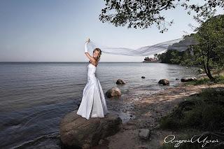Свадебная фотосъемка в Петродворце, на берегу залива.