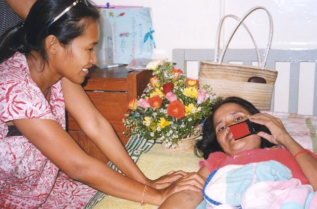Indestructible, impertinente, inclassable, insolente, imperturbable, insensible, incroyable, imperturbable, indétrônable, incontournable, incroyable...Somaly Mam, qui a refait une petite actualité il y a quelques semaines alors que le Phnom Penh Post révélait le contenu de quelques échanges très américains et sans suprise, ne tremble pas, ne tremble plus. Alors qu'il était de bon ton de proclamer  la chute de l'icone de l'humanitaire au moment du scandale Newsweek, peu pouvaient prévoir que la ''guerrière'' Somaly referait surface et reprendrait le devant de la scène même si celle-ci s'est quelque peu rétrécie, pour l'instant...Presque amusant, au moment des semi-révélations du Phom Penh Post sur les échanges de courriers américains, Somaly Mam était en suisse, radieuse, souriante, aux cotés de ses nouveaux donateurs, prête pour une nouvelle tournée, une Somaly presque intacte d'une tornade médiatique auxquels peu auraient probablement survécu.