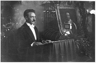 Prof. Leo Polak houdt openingstoespraak in de Rolzaal op het Binnenhof in Den Haag op maandag 5 september 1932 ter herdenking van de 300e geboortedag van Benedictus de Spiniza