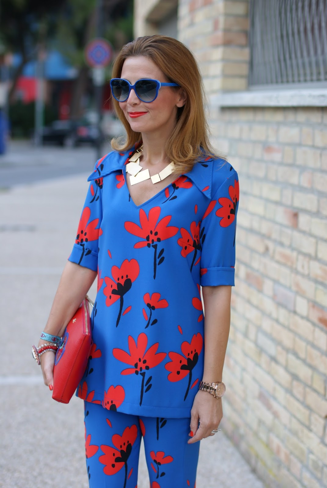 Seventies inspired style with a flare suit with a floral print and Vitti Ferria Contin necklace on Fashion and Cookies fashion blog, fashion blogger style