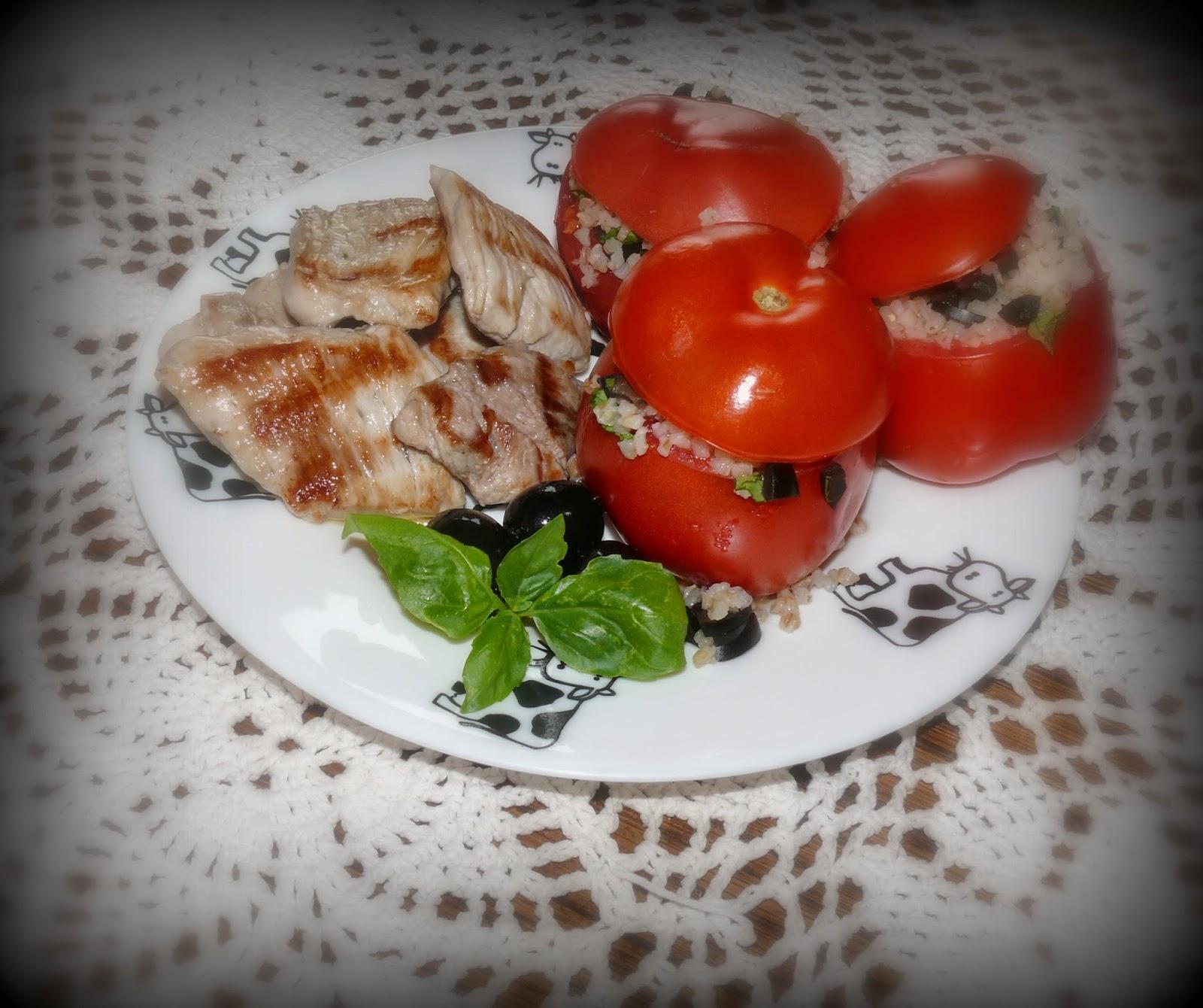 pomidory faszerowane kaszą z oliwkami i bazylią