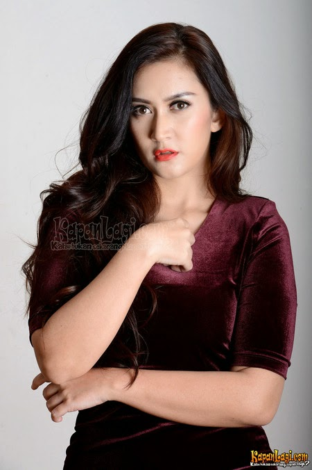 Foto Cantik Nafa Urbach Gaun Merah Maron