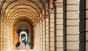 Casa vacanza 2 torri nel centro di bologna itinerari a for Porticati vecchio stile