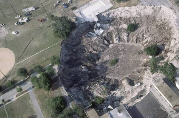World news, Sinkhole, Very soft, Entire house, Seffner, Florida, Engineers, Planned, Unstable, Dangerous ground, Swallowed