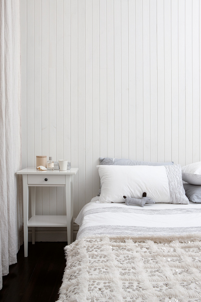 Decoraci n blanca y sencilla en un peque o apartamento de for Decoracion habitacion blanca