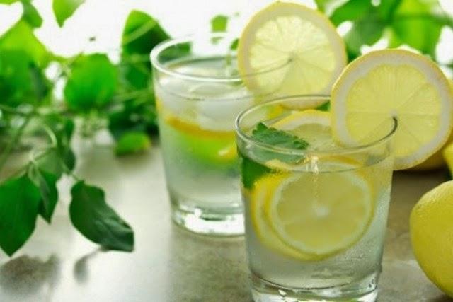 Razones para beber agua con limón cada mañana