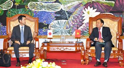 Thứ trưởng Đỗ Hoàng Anh Tuấn (bên phải) tiếp Phó TCT Tổng cục Thuế và Hải quan Nhật Bản Takehito Matsumura.