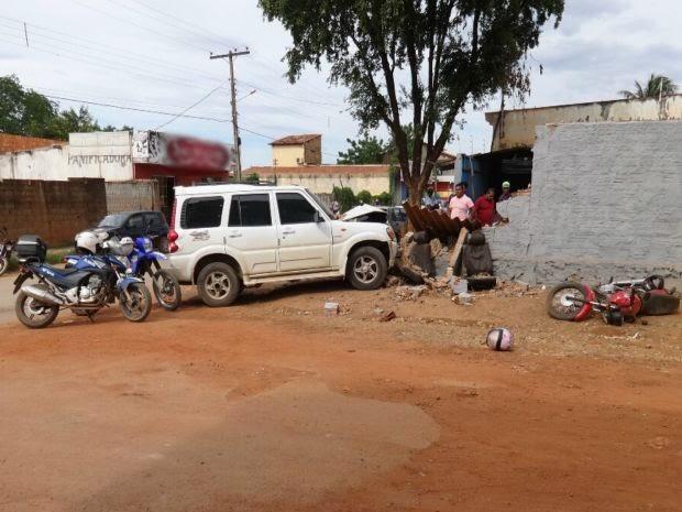 Motorista atingiu moto com dois assaltantes, depois perdeu o controle do carro e bateu em muro, na cidade de Barreiras, oeste da Bahia. (Foto: Jadiel Luiz/ Blog Sigi Vilares)