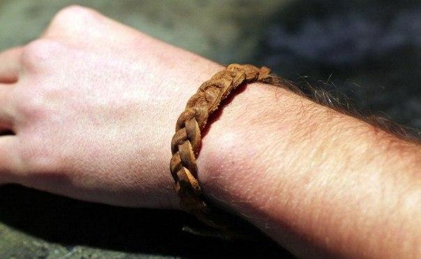 Мужской плетеный браслет из кожаного ремня
