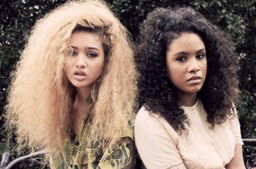 deux femme africaines aux cheveux naturelles frisées