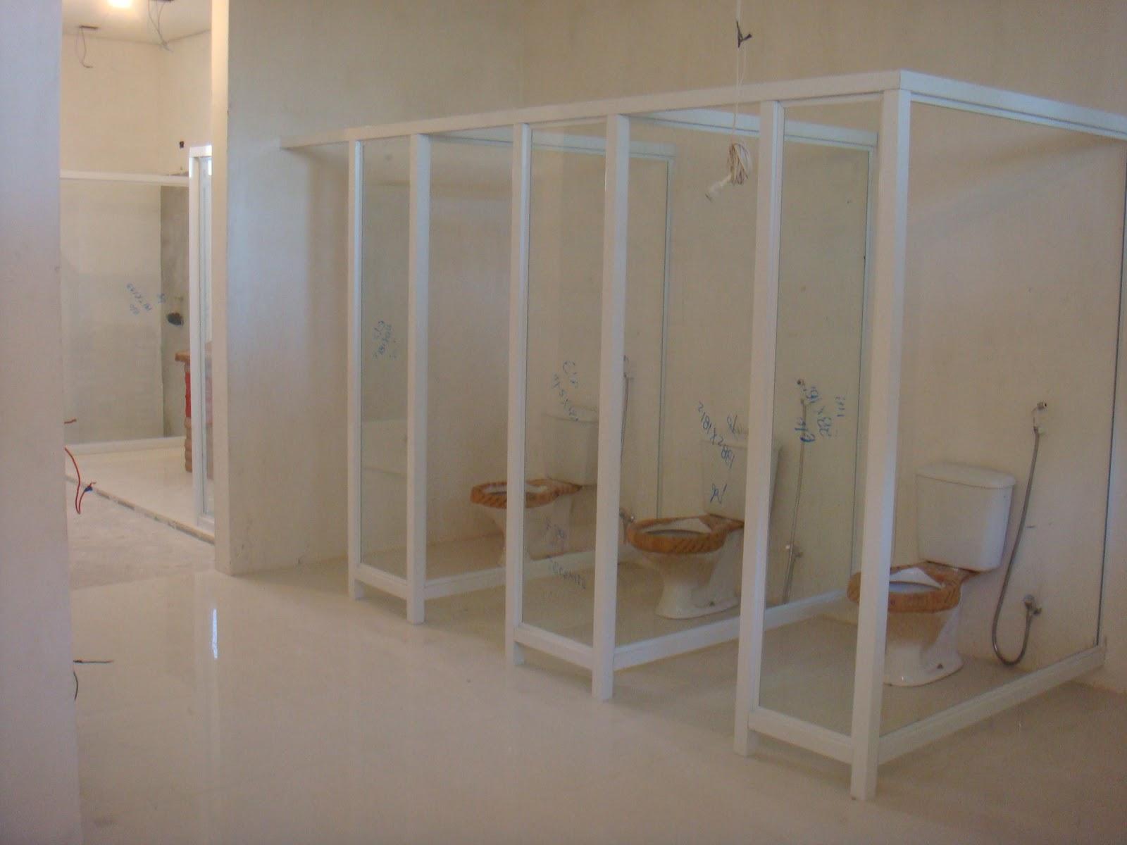 Área dos banheiros com divisórias em vidro coloridos porcelanato  #634B38 1600 1200
