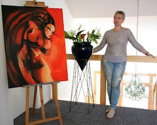 "Künstlerin Olga David mit Gemälde ""red meets balance"""