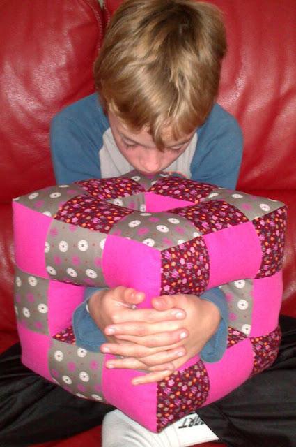 Niño con cubo cojin patchwork