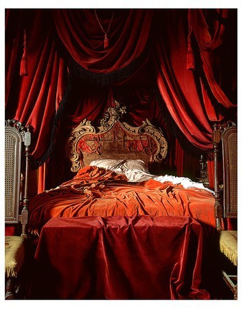 So grab some fabric for draping your four posters  pretty linens  flowers  and romantic dressers and chairs and get those bedrooms fit for a Queen. Eye For Design  Decorating Your Bedroom        Boudoir Style