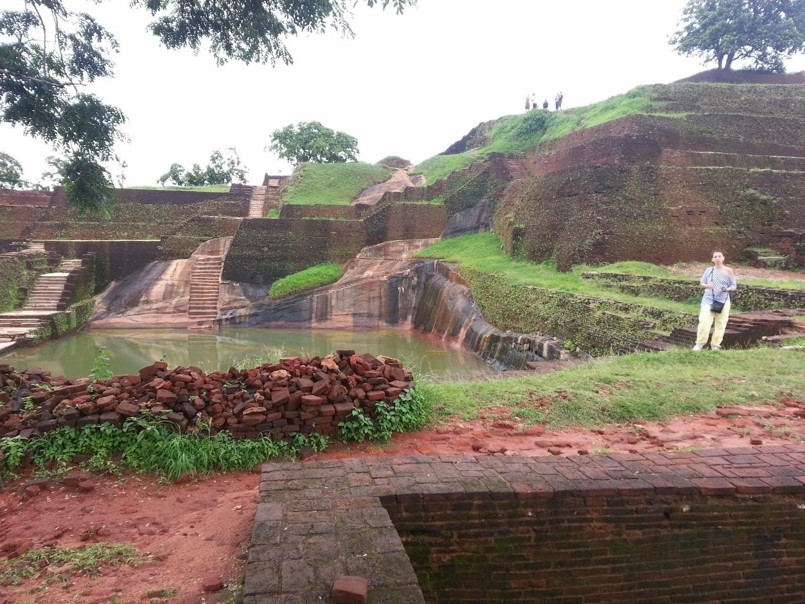 Уникальный гранитный бассейн, целиком вырезанный в скале у подножия пирамиды вершине Сигирии, загадки истории
