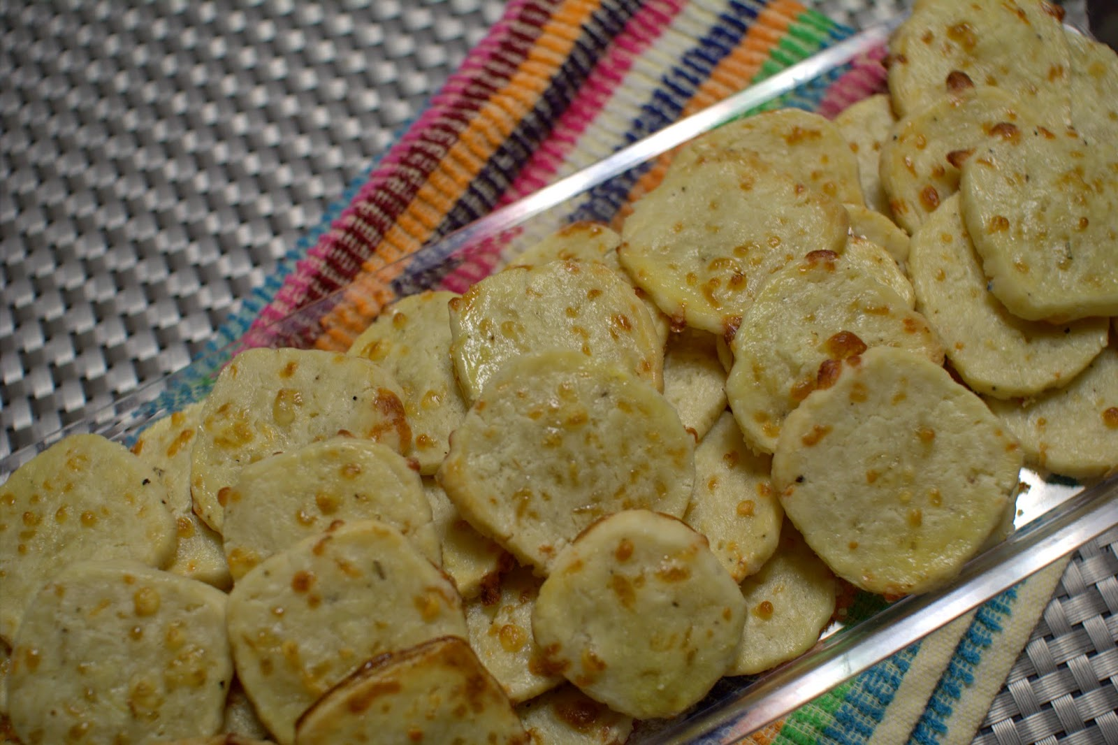 http://www.poolovesboo.com/2014/02/goat-cheese-and-black-pepper-crackers.html
