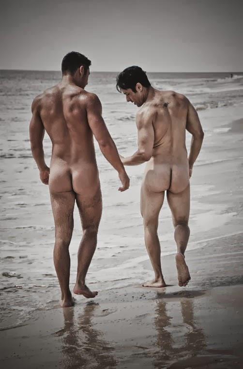 deux hommes nus sur une plage de dos