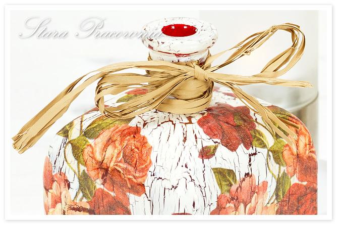butelka, buteleczka, butelka zdobiona techniką decoupage, decoupage, motyw róży, technika decoupage, spękania jednoskładnikowe, crackle, postarzanie przedmiotów, zdobienie przedmiotów, butelka z różami