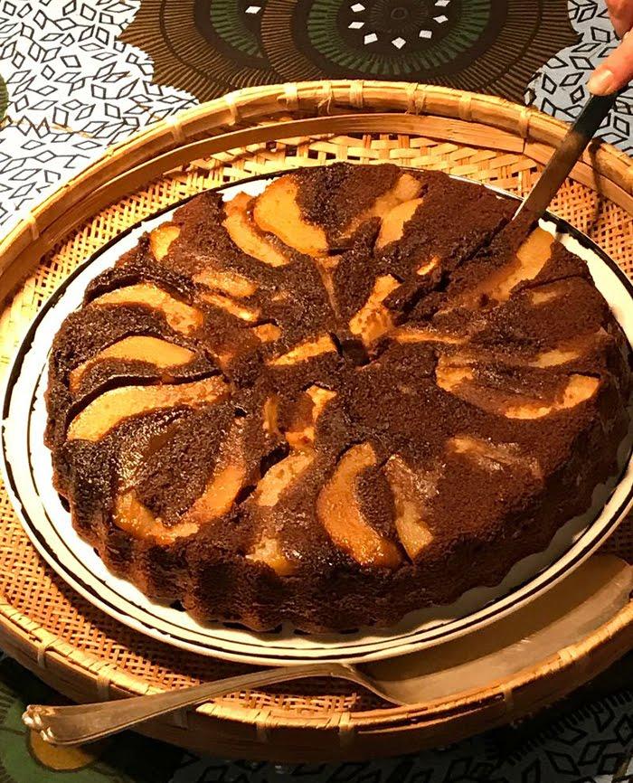 Torta rovesciata di pere con il cacao amaro