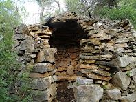 Barraca de vinya baixant del Puig Montmany