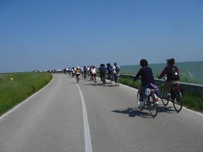 Podemos practicar senderismo urbano en grupos numerosos