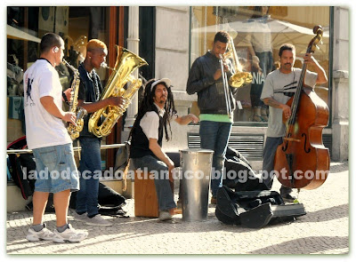 Imagem de músicos tocando Jazz em frente as esplanadas dos cafés na Rua Garret.