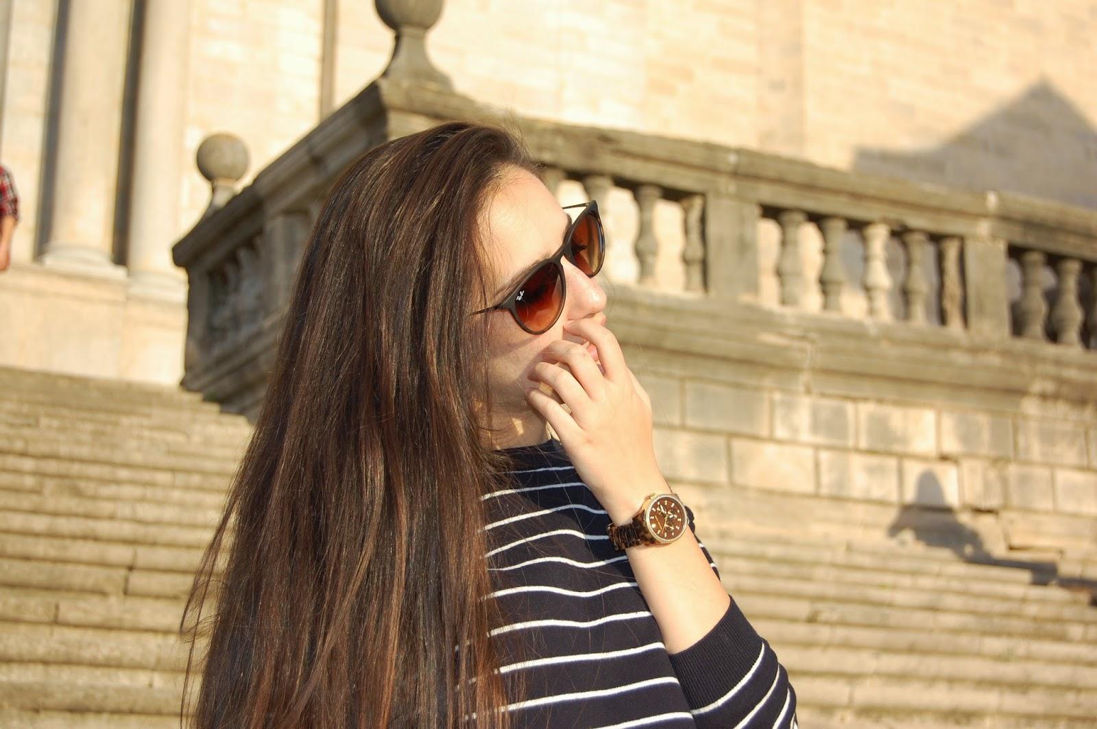 outfit bolso bimba&lola piel azul, gafas ray-ban erika, converse blancas