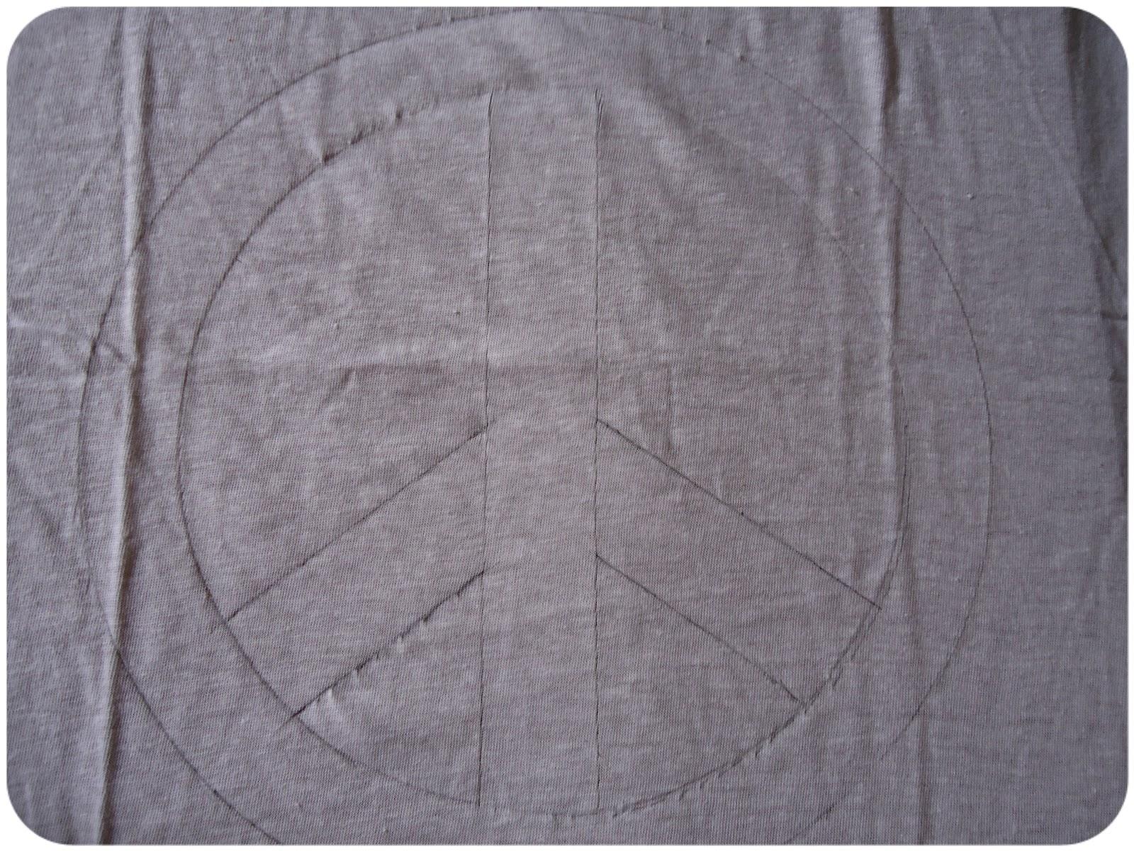 Júlia Ferro.  DIY - Tshirt com Símbolo da Paz. 51b8023746