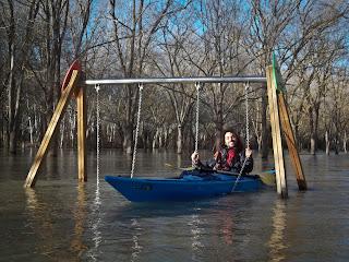 gronxant-se amb la piragua en uns gronxadors inundats
