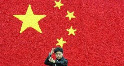 Autoscatto con bandiera cinese sullo sfondo...