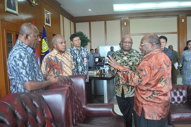 Gubernur Enembe Bubarkan Staf Khusus