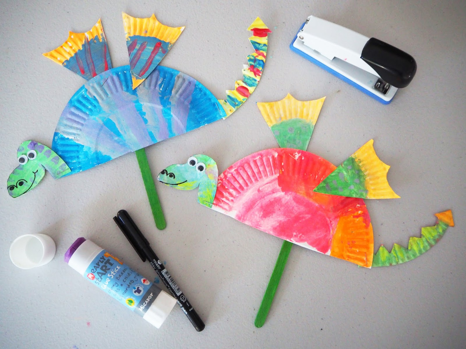 Learn with play at home simple paper plate dragon craft for Easy crafts to do