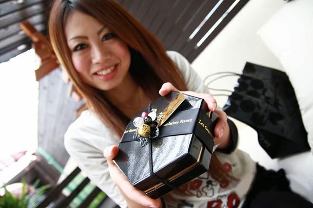Las mujeres regalan chocolatinas en Japón