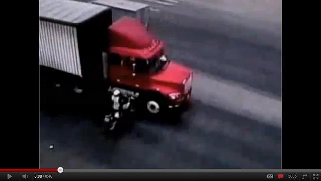 videos de camiones trailer arrolla mujer policia en moto