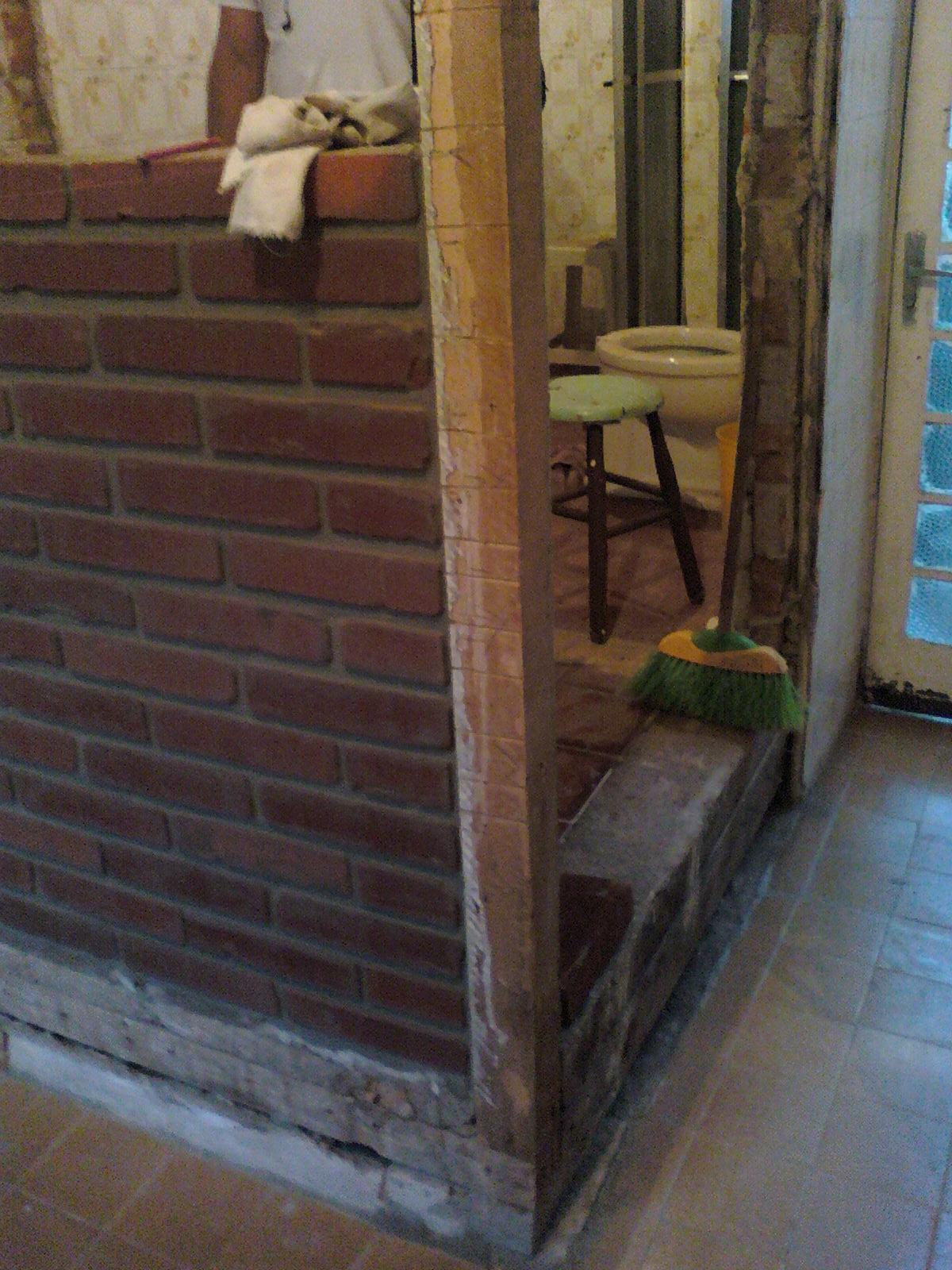 decorar banheiro feio:Aqui meu Lindinho, lá no fundo.. a parede de madeira à direita (na
