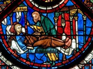 Vidriera con escena de la parábola del Buen Samaritano