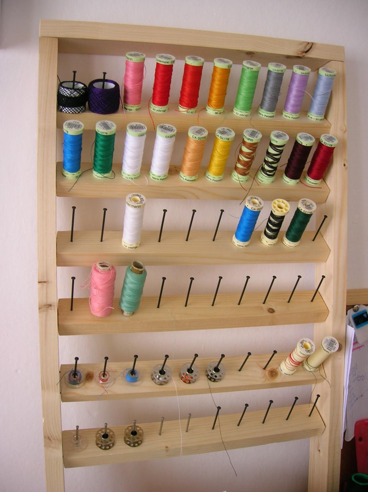 Cosir i fer ampolles diy organizador de hilos for Muebles para costura