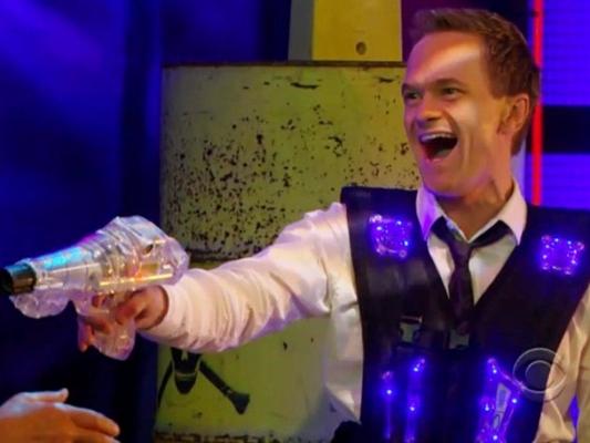 Barney Stinson jugando a Laser Tag