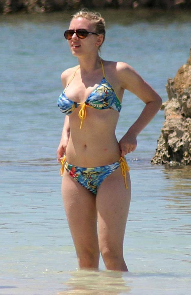 Scarlett-Johansson-Hot-bikini-photos-in-