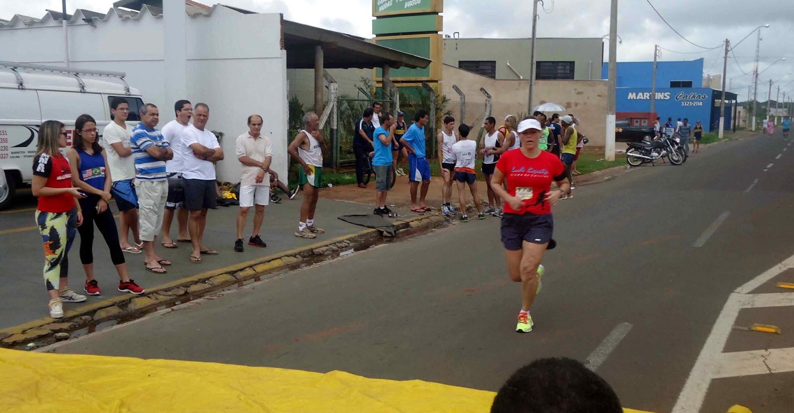 Foto 180 da 1ª Corrida Av. dos Coqueiros em Barretos-SP 14/04/2013 – Atletas cruzando a linha de chegada