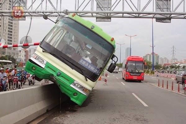 Xe bus lao vào dải phân cách khiến hàng chục hành khách một phen thót tim.