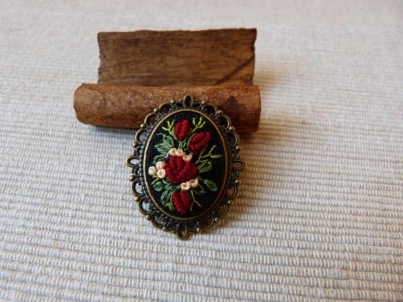 haft rococo, embroidered brooch, haftowane róże, haftowana broszka, broszka z haftem, embroidered jewerly, broszka, vintage, medalion z haftem, handmade jewerly, bullion stitch,