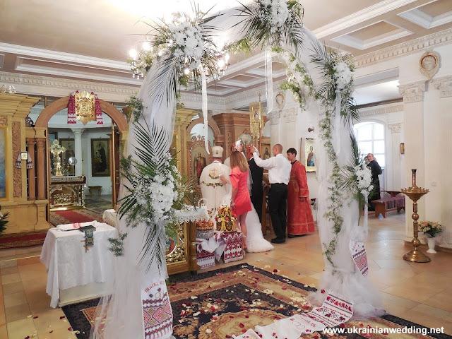Квіткова арка у церкві, весілля