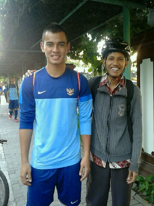 Aku dan kiper Timnas Indonesia U19 Ravi Murdianto di UNY
